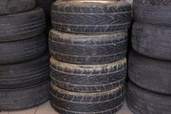 la pile de la voiture roulent dedans le garage pneu de véhicule dans le service des réparations automatique Photographie stock libre de droits