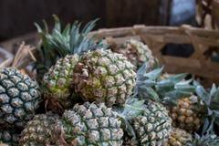 La pile des ananas organiques tropicaux porte des fruits dans le panier pour la vente sur le marché d'agriculteur de tradtional d Images stock