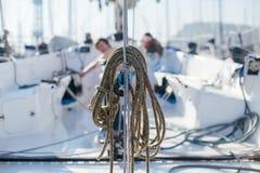 La pile des cordes nautiques a attaché à la plate-forme ou au mât du voilier Photographie stock