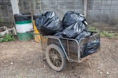 La pile des déchets de sacs de noir préparent des déchets Photo libre de droits