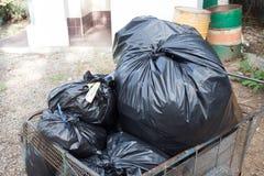 La pile des déchets de sacs de noir préparent des déchets Image libre de droits
