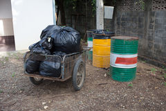 La pile des déchets de sacs de noir préparent des déchets Photos libres de droits
