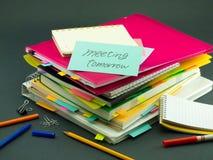 La pile des documents d'entreprise ; Se réunir demain Photos stock