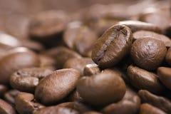 La pile des grains de café se ferment vers le haut Image stock