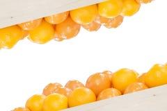 La pile des oranges dans la boîte en bois Photos libres de droits