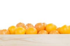 La pile des oranges dans la boîte en bois Photo stock