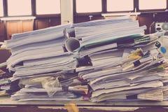 La pile des papiers étendus recouvrent sur le bureau Image stock