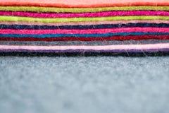 La pile différente de couleur du feutre s'agite sur le backgr brouillé par tissu gris image libre de droits