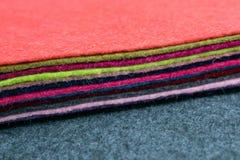 La pile différente de couleur du feutre s'agite sur le backgr brouillé par tissu gris images libres de droits
