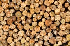 La pile du bois de chauffage enregistre le fond photographie stock libre de droits