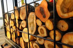 La pile du bois qui a été coupé est placée dans une cage en métal Photos libres de droits
