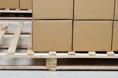 La pile du carton enferme dans une boîte le module Images stock