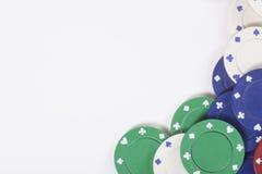 La pile du casino coloré ébrèche dans une frontière faisante le coin Image stock