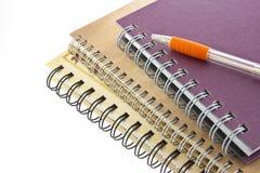 La pile du livre et du crayon lecteur de cahier de boucle a isolé Photo stock