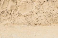 La pile extérieure de plan rapproché du sable pour des travaux de construction avec la terre a donné au fond une consistance rugu image stock
