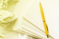 La pile proche de stylo bille de papier, jaunissent teinté photographie stock libre de droits