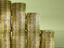 La pile s'est pliée des pièces de monnaie sous forme de diagrammes Photos stock