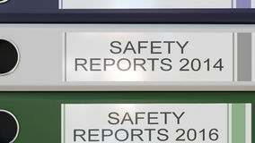La pile verticale de reliures multicolores de bureau avec des rapports sur la sécurité étiquette 3D rendant différentes années illustration stock