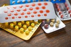 La pillola anticoncezionale impedisce il controllo delle nascite di concetto della contraccezione di gravidanza su fondo di legno fotografia stock libera da diritti