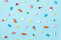 La pillola variopinta riduce in pani il fondo Immagini Stock