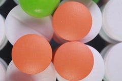 La pilule rouge et blanche capsule la pile Images stock