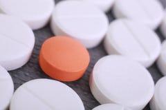 La pilule rouge et blanche capsule la pile Photos stock