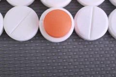 La pilule rouge et blanche capsule la pile Photographie stock