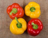 La pimienta colorida de la paprika de la campana fotografió en una tela del yute imagen de archivo libre de regalías