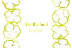 La pimienta verde cortada suena la paprika en un fondo blanco Marco decorativo de la pimienta Aislado Fondo del alimento Arte del Foto de archivo libre de regalías