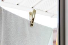 La pince à linge tient une serviette éponge sur la corde photographie stock libre de droits