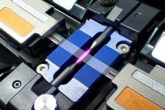 La pince 12 de fusion creuse le câble à fibres optiques de fibre plate de ruban photo stock