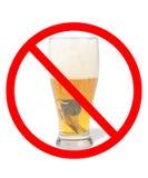 La pinta della birra con l'automobile la digita con un nessun simbolo fotografia stock libera da diritti