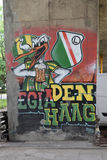 La pintada con el pájaro antropomorfo con la taza de cerveza, dedicada al club del fútbol de Legia Varsovia aviva Foto de archivo