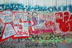 La pintada en el metal artesona la pared Fotografía de archivo libre de regalías