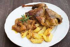 La pintade rôtie ou cuite au four a servi avec les pommes de terre cuites au four et l'oignon doux avec des pommes et des raisins Photographie stock libre de droits