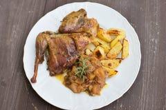 La pintade rôtie ou cuite au four a servi avec les pommes de terre cuites au four et l'oignon doux avec des pommes et des raisins Photos libres de droits