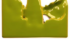 La pintura amarilla llena la pantalla, cámara lenta, aislada en blanco del cannel alfa libre illustration
