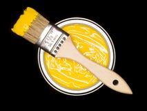 La pintura amarilla puede y cepillo Imagenes de archivo