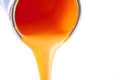 La pintura anaranjada fluye del compartimiento Imagenes de archivo