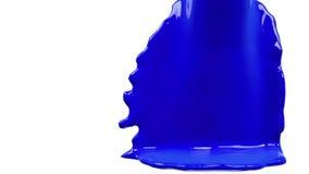 La pintura azul llena la pantalla, cámara lenta, aislada en blanco del cannel alfa almacen de metraje de vídeo