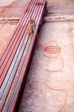La pintura de la barra de acero pintando el rociador coloca en piso Fotografía de archivo libre de regalías