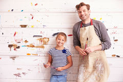 La pintura de And Daughter Against del padre cubrió la pared en Art Studio Imagenes de archivo