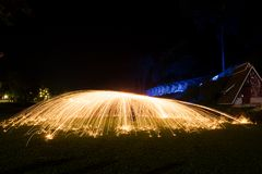 La pintura de la luz de las lanas de acero en la oscuridad con la vía del tren está en el fondo Foto de archivo libre de regalías