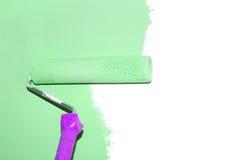 La pintura de una pared con un rodillo aisló Fotografía de archivo