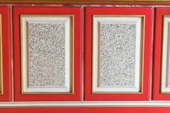 La pintura del rojo y del color oro en la madera para el oro hace compras Imagen de archivo libre de regalías