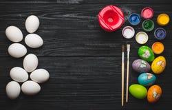 La pintura eggs para el día de fiesta de Pascua en la tabla de madera Fotografía de archivo libre de regalías