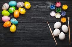 La pintura eggs para el día de fiesta de Pascua en la tabla de madera Foto de archivo libre de regalías