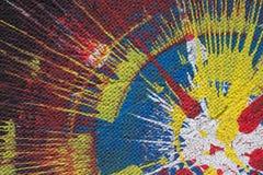La pintura negra, amarilla y roja salpica en la cartulina Imágenes de archivo libres de regalías