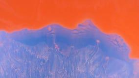 La pintura roja fluye suavemente fondo azul cerrado Visión desde arriba almacen de video