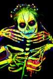 La pintura ULTRAVIOLETA del arte de cuerpo de helloween el esqueleto femenino